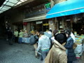 イスタンブルの商店街でコメディアンがコマーシャルの撮影をしていました。